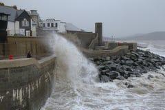 La tormenta Callum golpea la pared de mar en Lyme Regis imagenes de archivo