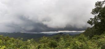 La tormenta de la montaña pasa por alto Imagen de archivo libre de regalías