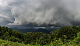 La tormenta de la montaña pasa por alto Fotos de archivo libres de regalías