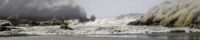 La tormenta en el mar como niebla rueda adentro imagen de archivo