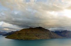 La tormenta entrante con la formación gruesa de la nube que pasa sobre las montañas Fotos de archivo