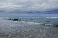 La tormenta está viniendo, no puede parar el entusiasmo de la gente para jugar el rowing Imagen de archivo libre de regalías