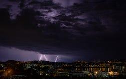 La tormenta que viene ilumina la ciudad foto de archivo