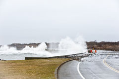 La tormenta rompe la costa Imágenes de archivo libres de regalías