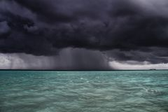 La tormenta se acerca al barco, Maldivas Imagen de archivo libre de regalías