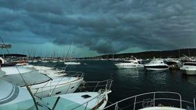 La tormenta sobre el puerto con los yates Foto de archivo