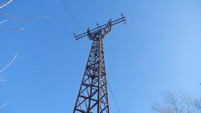 La torre ad alta tensione contro un'elettricità del cielo blu fissa la tecnologia Fotografie Stock Libere da Diritti