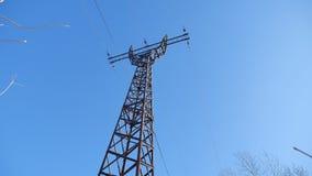 La torre ad alta tensione contro un'elettricità del cielo blu fissa la tecnologia Fotografia Stock Libera da Diritti