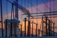 La torre ad alta tensione della trasmissione nel tramonto Fotografia Stock Libera da Diritti