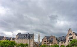 La torre alta del campanile sotto le nuvole grige nella città di Brussel Fotografie Stock Libere da Diritti