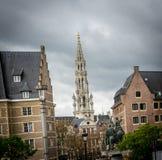 La torre alta del campanile sotto le nuvole grige nella città di Brussel Immagini Stock