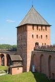 La torre antica del Cremlino in Veliky Novgorod, pomeriggio di luglio La vista dal lato interno Immagini Stock