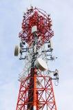 La torre bianca rossa della trasmissione fotografia stock libera da diritti