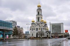 La torre blanca de la Iglesia-campana, en la primavera, en tiempo lluvioso Fotos de archivo libres de regalías