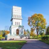 La torre blanca en Alexander Park en Tsarskoe Selo cerca del PE del santo Imágenes de archivo libres de regalías