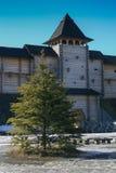 La torre central de una fortaleza de madera antigua con una puerta imagen de archivo libre de regalías