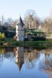 La torre circular de piedra vieja en un pequeño pueblo francés rural refleja Foto de archivo libre de regalías