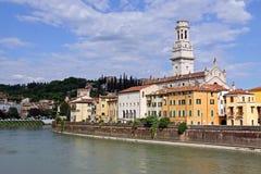 La torre de alarma de iglesia del Duomo en Verona, Italia Foto de archivo