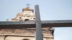 La torre de alarma de iglesia iglesia vieja Europa almacen de metraje de vídeo
