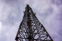 La torre de alto voltaje contra el cielo gris con tirón se nubla Fotografía de archivo