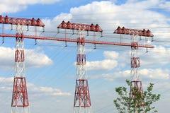 La torre de alto voltaje en un fondo se nubla Imágenes de archivo libres de regalías