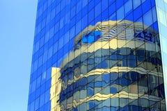 La torre de cristal redonda se refleja en el edificio de cristal Imagen de archivo
