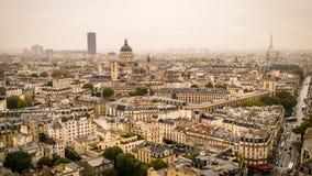 La torre de la torre Eiffel, del panteón y de Montparnasse en la niebla y las nubes, enfoca adentro almacen de video