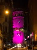 La torre de Galata en la noche - rosa Fotos de archivo libres de regalías