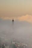 La torre de iglesia emerge de la niebla en Heidelberg   Foto de archivo libre de regalías