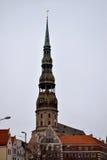 La torre de la iglesia de St Peters en la Riga vieja Imágenes de archivo libres de regalías