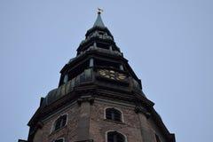 La torre de la iglesia de St Peters en perspectiva Fotos de archivo libres de regalías