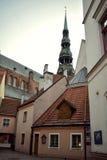 La torre de la iglesia del ` s de StPeter en Riga vieja Foto de archivo libre de regalías