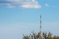 La torre de la TV está en el país debajo de las nubes Imagen de archivo libre de regalías