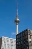 La torre de la TV situada en el Alexanderplatz, Berlín, Alemania Fotos de archivo