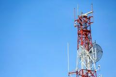 La torre de las telecomunicaciones instala el equipo de comunicación para la señal enviada a la ciudad, red de las telecomunicaci imagen de archivo
