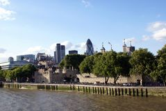 La torre de Londres y 30 de St Mary Axe en el banco del río Támesis en Londres, Inglaterra, Europa Fotografía de archivo libre de regalías