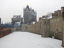 La torre de Londres y del puente de Londres en la nieve. Fotos de archivo