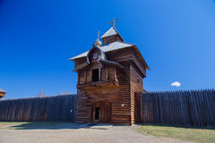 La torre de madera con una cruz ortodoxa Fotografía de archivo