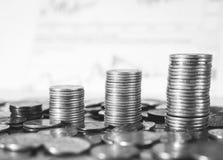 La torre de la moneda se está inclinando como un árbol que cae, pero no está cayendo Símbolo del dinero del ahorro Imagenes de archivo