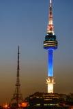 La torre de Namsan Seul en la noche se encendió en azul Imágenes de archivo libres de regalías
