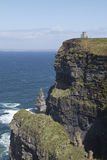 La torre de O Briens se sienta encima de los acantilados de Moher, condado Clare Ireland Foto de archivo