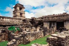 La torre de observación del palacio en Palenque, ciudad del maya en Chiapas, México imagen de archivo