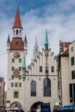 La torre de reloj con el zodiaco contra el cielo azul imagen de archivo