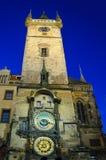 La torre de reloj del ayuntamiento de Praga por noche Foto de archivo libre de regalías