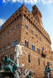 La torre de reloj del palacio viejo (Palazzo Vecchio) en el cuadrado de Signoria, Florencia (Italia). Foto de archivo