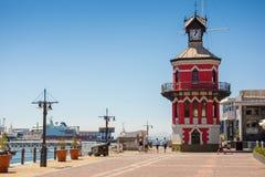 La torre de reloj en la costa de V&A en Cape Town, Suráfrica Fotos de archivo