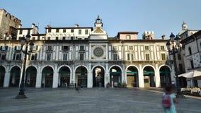 La torre de reloj en logia de la plaza, el cuadrado histórico principal en Brescia, Italia - 08/30/2017 almacen de video