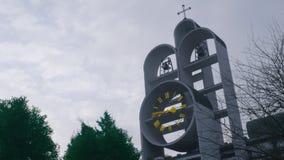 La torre de reloj, en una pequeña iglesia en las cercanías de Varsovia almacen de video