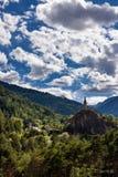 La torre de reloj de Meolans se deleita el pueblo en verano Alpes-de-Haute-Provence, montañas, Francia fotografía de archivo