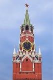La torre de Spasskaya con el reloj chiming del Kremlin foto de archivo libre de regalías